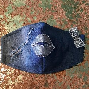 "WOMEN'S DISTRESSED DENIM ""DUCK LIPS"" MASK"